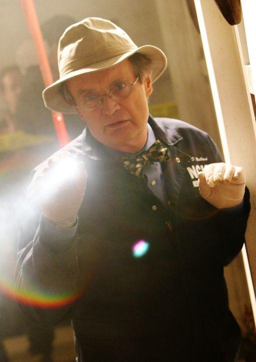 Sucht nach Hinweisen am Tatort: Ducky (David McCallum) ... - Bildquelle: CBS Television