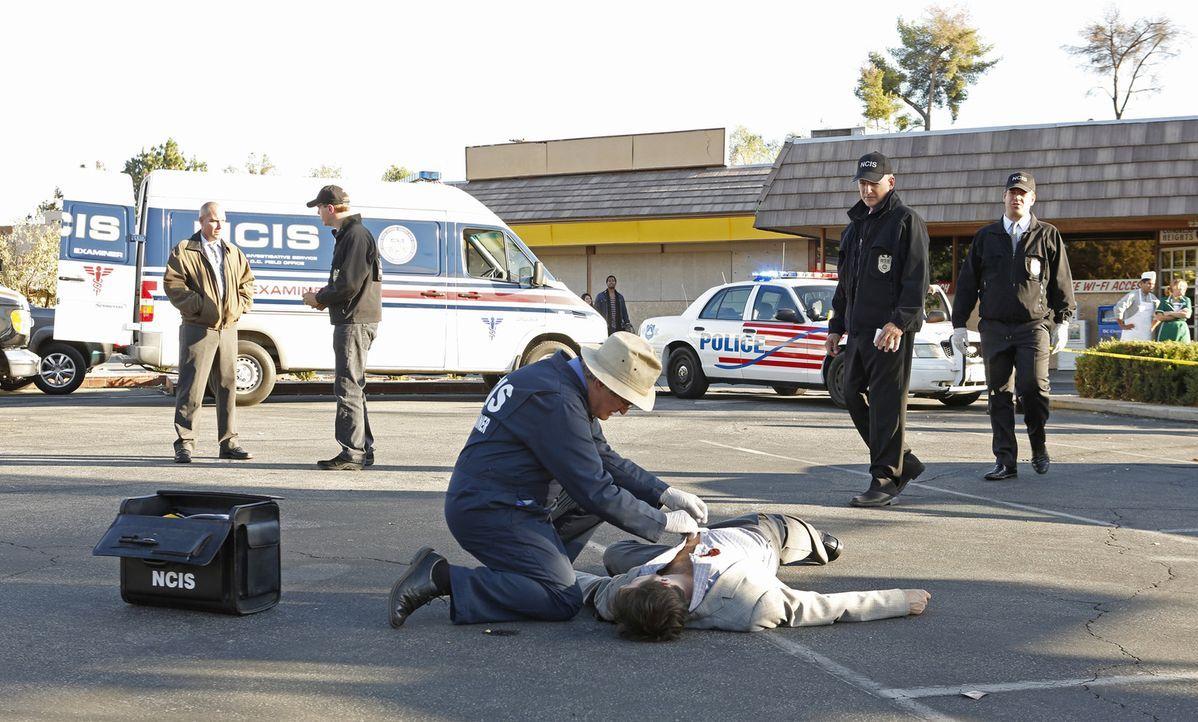Müssen einen neuen Mordfall aufklären: Gibbs (Mark Harmon, 2.v.r.), Ducky (David McCallum, 3.v.l.), Tony (Michael Weatherly, 2.v.r.) und McGee (Sean... - Bildquelle: CBS Television