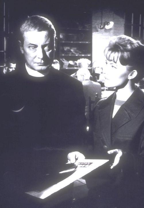 Der blinde Reverend Paul Dearborn (Dieter Borsche, l.) unterhält sich mit seiner Blindenpflegerin Nora Ward (Karin Baal, r.) ...