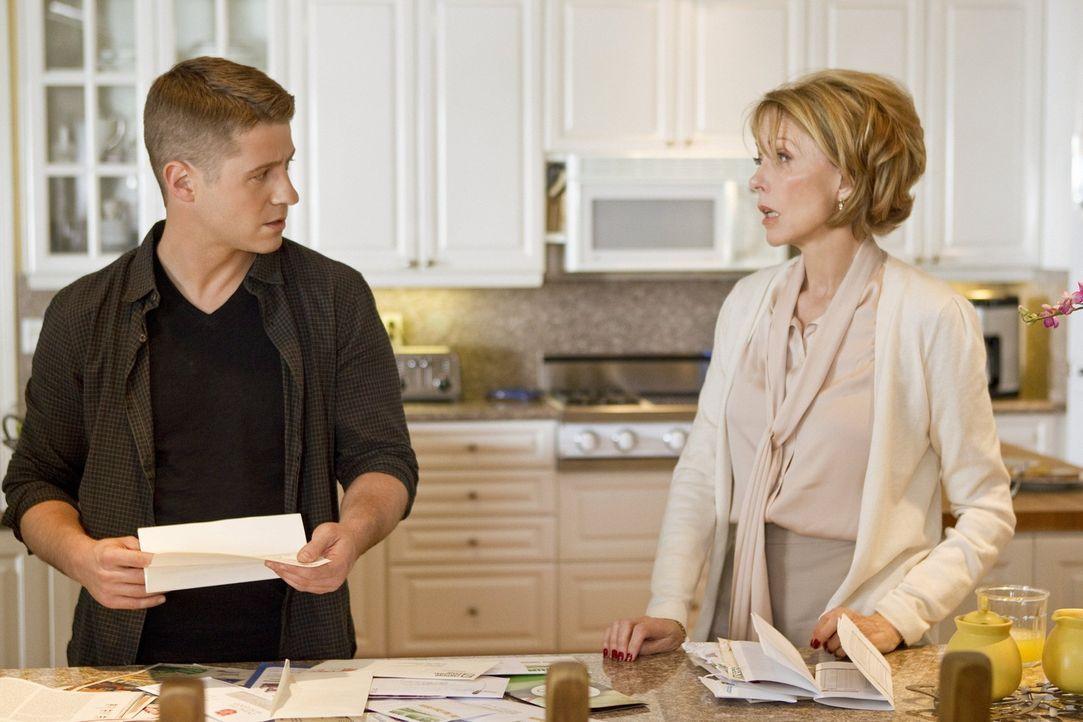 Als Ben (Benjamin McKenzie, l.) von seiner Mutter (Susan Blakely, r.) erfährt, dass sein Vater aus dem Gefängnis entlassen wurde, macht er sich gr...