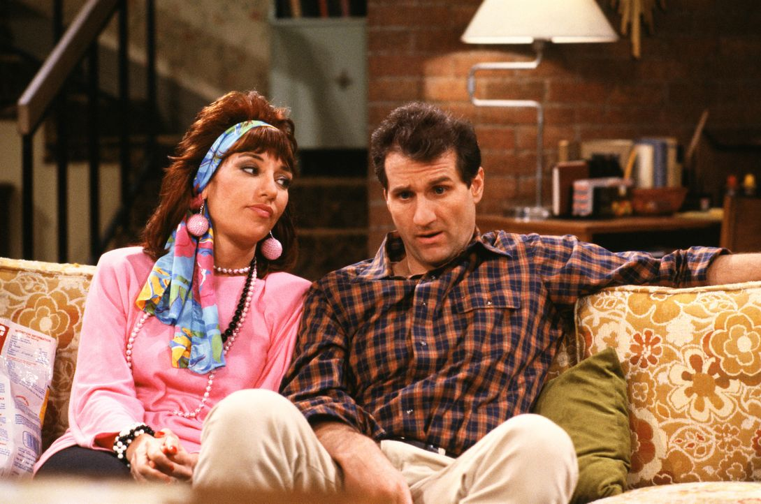 Sie können nicht mit und nicht ohne einander: Das schrecklich nette Ehepaar Peggy Bundy (Katey Sagal, l.) und El Bundy (Ed O'Neill, r.) ... - Bildquelle: 1987 Embassy Communications. All Rights Reserved.