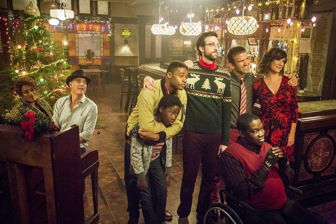Verbringen einen schönen Weihnachtsabend zusammen: (v.l.n.r.) Wade (CCH Pounder), Pride (Scott Bakula), CJ (Dani Dare), Danny (Christopher Meyer), S... - Bildquelle: Skip Bolen 2015 CBS Broadcasting, Inc. All Rights Reserved / Skip Bolen