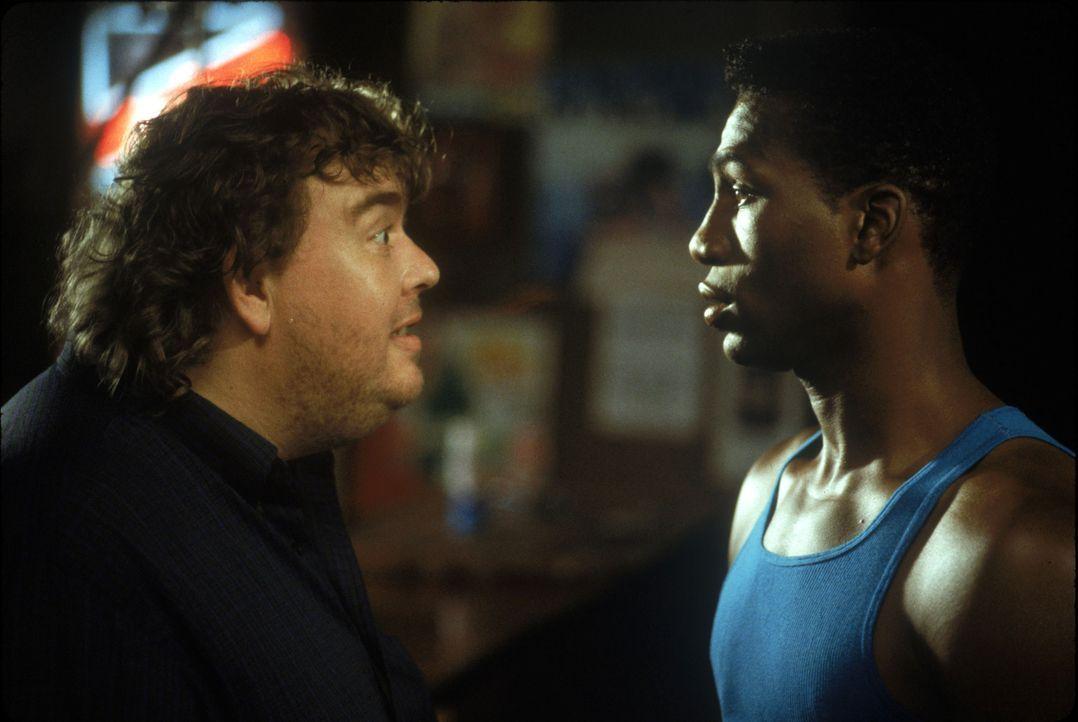 """Die ehemalige Boblegende Irwin """"Irv"""" Blitzer (John Candy, l.) hat sich in Jamaika zur Ruhe gesetzt. Darin sieht Derice Bannocks (Leon Robinson, r.)... - Bildquelle: Disney"""
