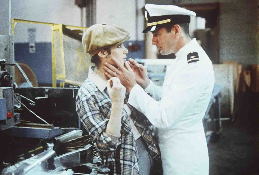 Zack Mayo (Richard Gere, r.) merkt, dass Paulas (Debra Winger, l.) Gefühle im gegenüber echt sind, und befreit sie aus ihrem tristen Dasein als Fa... - Bildquelle: Paramount Pictures