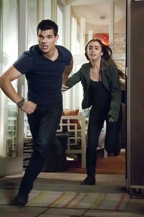 Auf der Flucht: Nathan Harper (Taylor Lautner, l.) und Karen (Lily Collins, r.) ... - Bildquelle: Kinowelt GmbH