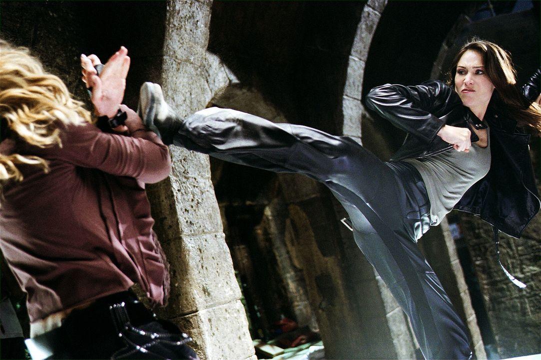 Wenn es darum geht, einen Bösewicht unschädlich zu machen, bringt Nicole James (Claire Forlani, r.) vollen Einsatz ... - Bildquelle: 2004 Sony Pictures Television International. All Rights Reserved.