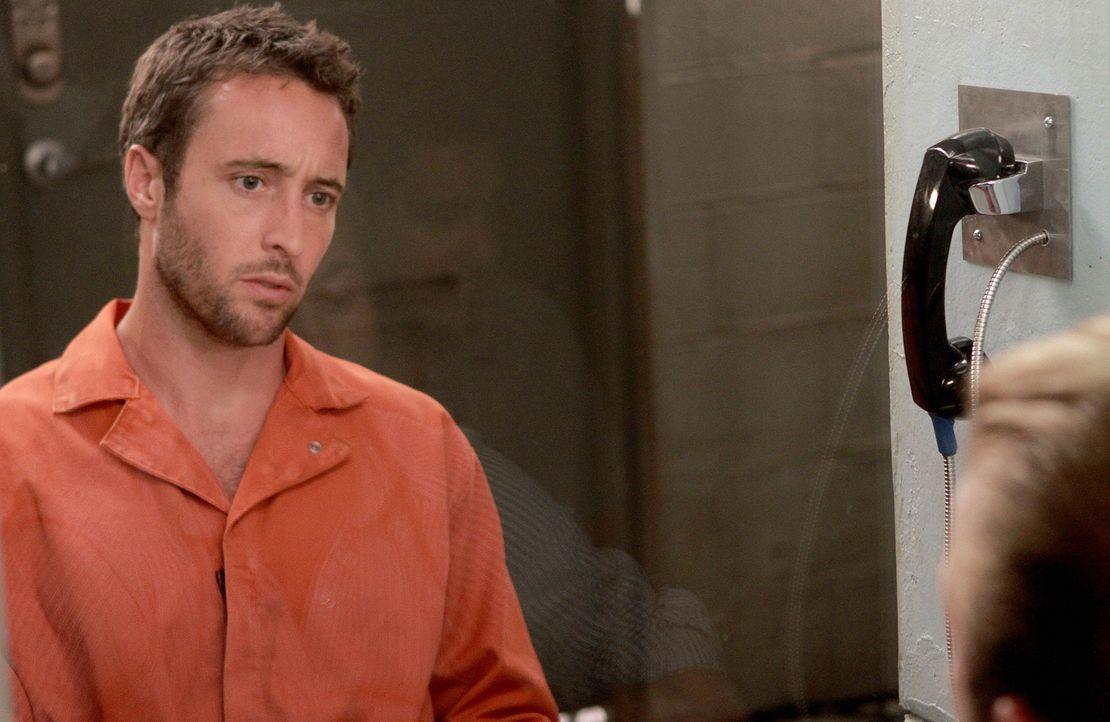 Als Danny (Scott Caan, r.) Steve (Alex O'Loughlin, l.) im Gefängnis besucht, bringt er einen weiteren Besucher mit, der seine Unschuld beweisen soll... - Bildquelle: Mario Perez TM &   CBS Studios Inc. All Rights Reserved.