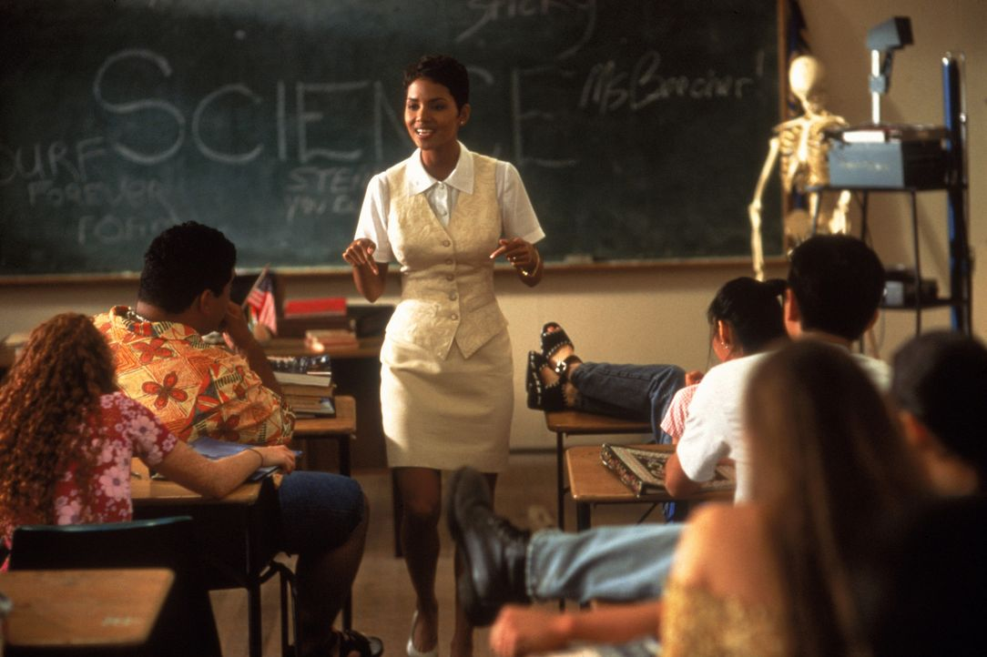 Die ersten Wochen verlaufen für die junge, engagierte Lehrerin Sandra Beecher (Halle Berry) wenig erfolgreich, denn ihre Schüler sind alles andere... - Bildquelle: TriStar Pictures