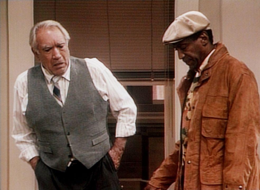 Cliff (Bill Cosby, r.) muss sich bei Theos Vermieter (Anthony Quinn, l.) entschuldigen ... - Bildquelle: Viacom