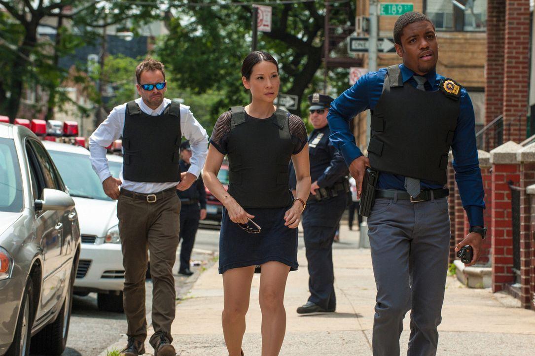 Bei den Ermittlungen in einem neuen Mordfall: Sherlock Holmes (Jonny Lee Miller, l.), Joan Watson (Lucy Liu, M.) und Detective Bell (Jon Michael Hil... - Bildquelle: CBS Television