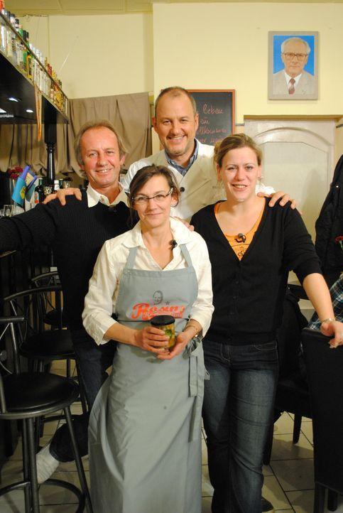 Gerd (l.), Tina (vorne M.) und Nadine (r.) hoffen auf die Hilfe von Sternekoch Frank Rosin (hinten M.). - Bildquelle: kabel eins