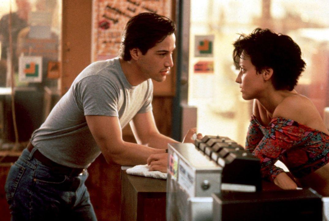 Entsetzt stellt FBI-Agent Johnny Utah (Keanu Reeves, l.) fest, dass Tylers (Lori Petty, r.) Surfer diejenigen sind, die auf der Suche nach immer neu... - Bildquelle: Largo International N.V. All rights reserved.