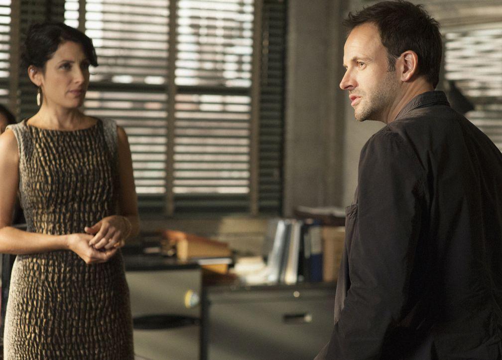 Sherlock Holmes (Jonny Lee Miller, r.) ermittelt in einem neuen Fall und stößt dabei auf Heather (Lisa Edelstein, l.), doch hat sie etwas damit zu t... - Bildquelle: CBS Television