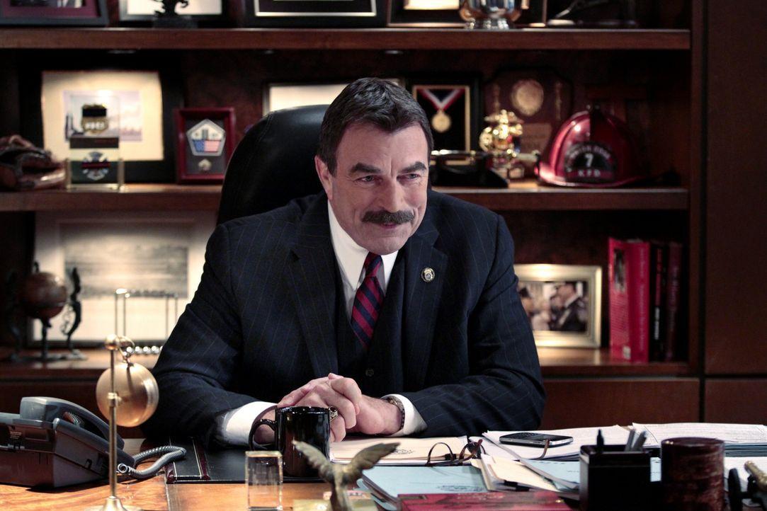 Polizeikommissar Frank Reagan (Tom Selleck) ahnt noch nicht, dass er bald den Mord an einem Kollegen aufklären muss ... - Bildquelle: John Paul Filo 2013 CBS Broadcasting Inc. All Rights Reserved.
