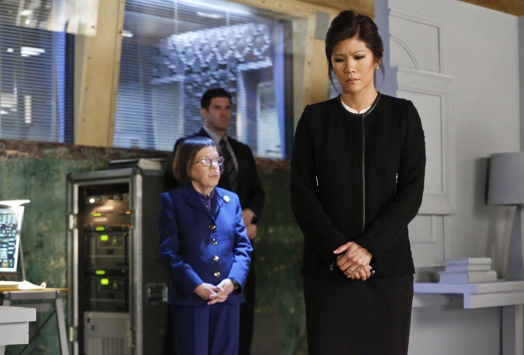 Nachdem U.S. Ambassador Nancy Kelly (Julie Chen, r.) einem Anschlag von Terroristen entkommen ist, beauftragt Hetty (Linda Hunt, l.) Callen und Sam... - Bildquelle: CBS Studios Inc. All Rights Reserved.