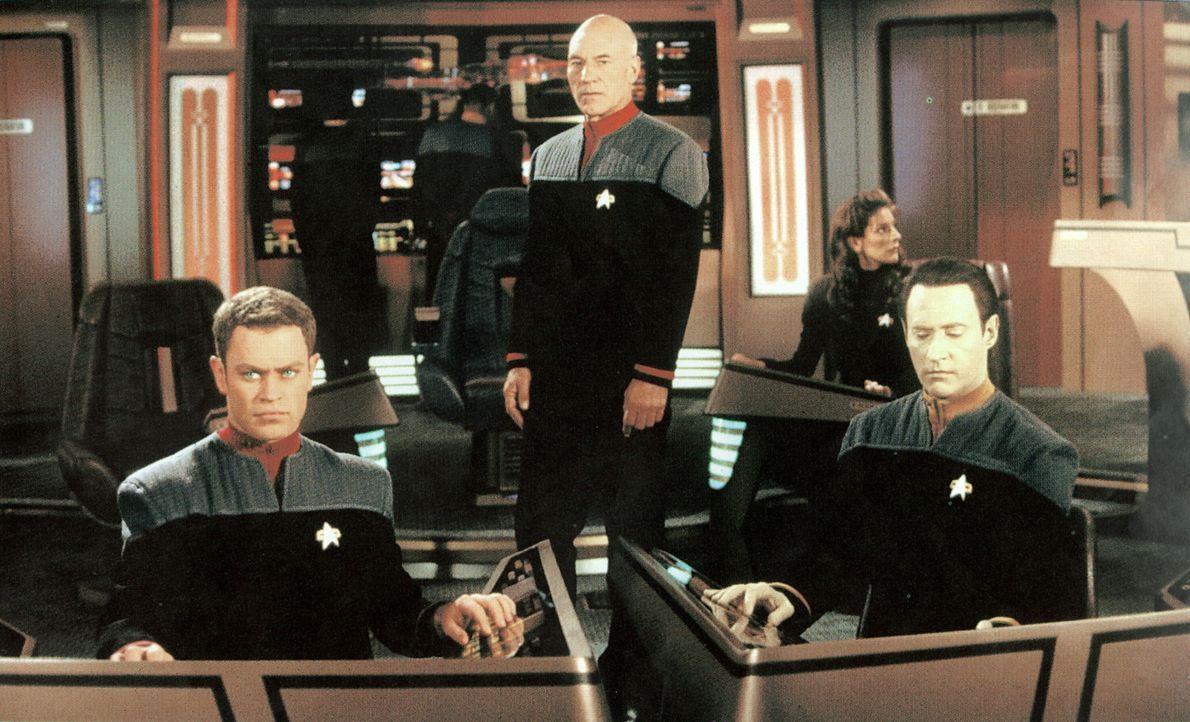 (v.l.n.r.) Auf der Brücke der Enterprise: Steuermann Lt. Hawk (Neal McDonough), Captain Picard (Patrick Stewart) und Commander Data (Brent Spiner)... - Bildquelle: Paramount Pictures
