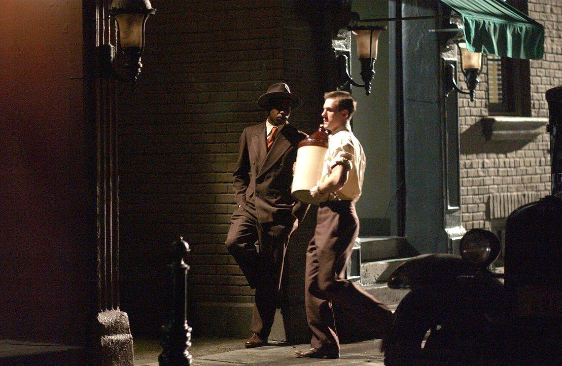Während der Prohibition im Jahre 1932, verdient sich Curtis Collins (Johnathan Tchaikovsky, r.) eine goldene Nase als Schwarzbrenner ... - Bildquelle: Warner Bros. Television
