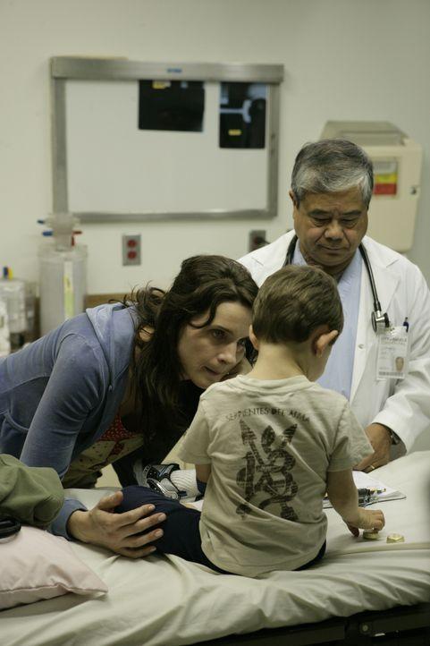 Der Doktor (Alberto Isaac, r.) will Maras (Michele Hicks, l.)  Kind im Krankenhaus weiter behandeln, findet sie eine Ausrede um zu fliehen? - Bildquelle: 2007 Twentieth Century Fox Film Corporation. All Rights Reserved.