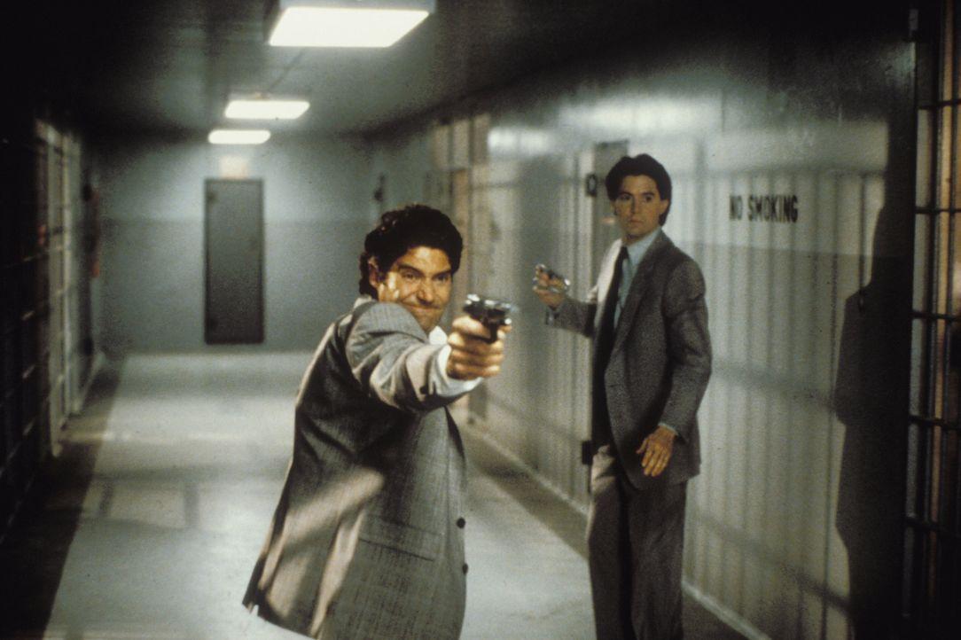 Müssen die Menschheit von einem völlig durchgedrehten Alien befreien: Detective Tom Beck (Michael Nouri, l.) und Special Agent Lloyd Gallagher (Ky... - Bildquelle: Warner Brothers