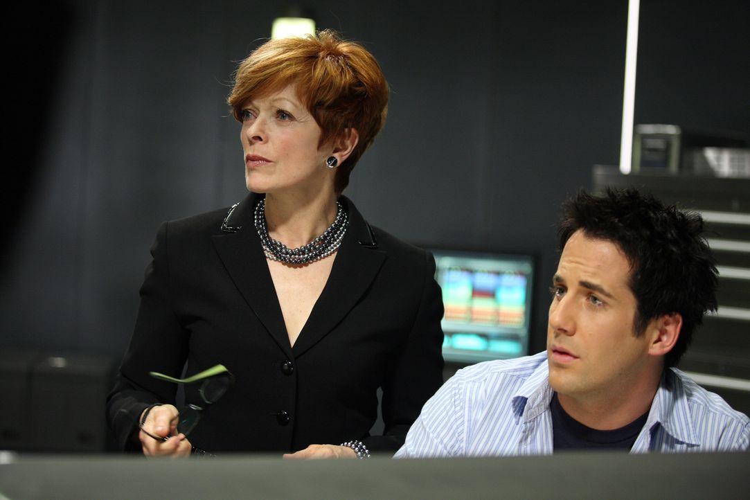 Eva Thorne (Frances Fisher, l.) bittet Zane (Niall Matter, r.) um Hilfe mit mysteriösen Symbolen ... - Bildquelle: Universal Television