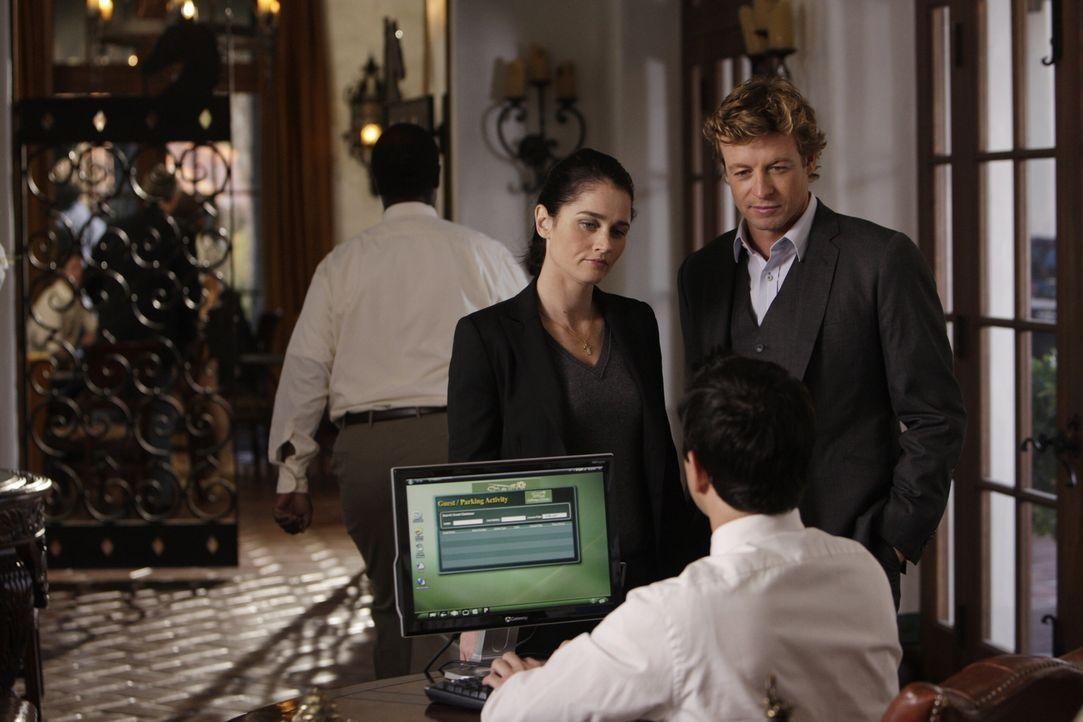 Nachdem Claire Wolcott ermordet in einem Hotelzimmer aufgefunden wurde, werden Patrick (Simon Baker, r.) und Teresa (Robin Tunney, l.) mit dem Fall... - Bildquelle: Warner Bros. Television