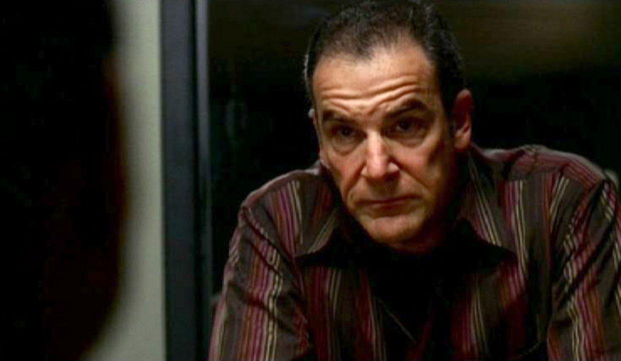 Special Agent Jason Gideon (Mandy Patinkin, r.) hat endlich den wunden Punkt des Verhörten getroffen, der ihn als Mörder entlarvt .... - Bildquelle: Touchstone Television