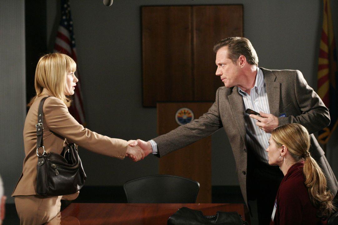 Allison (Patricia Arquette, l.) erinnert sich, David Delaney (Fredric Lehne, M.) in ihren Visionen gesehen zu haben und vermutet sofort, dass der et... - Bildquelle: Paramount Network Television