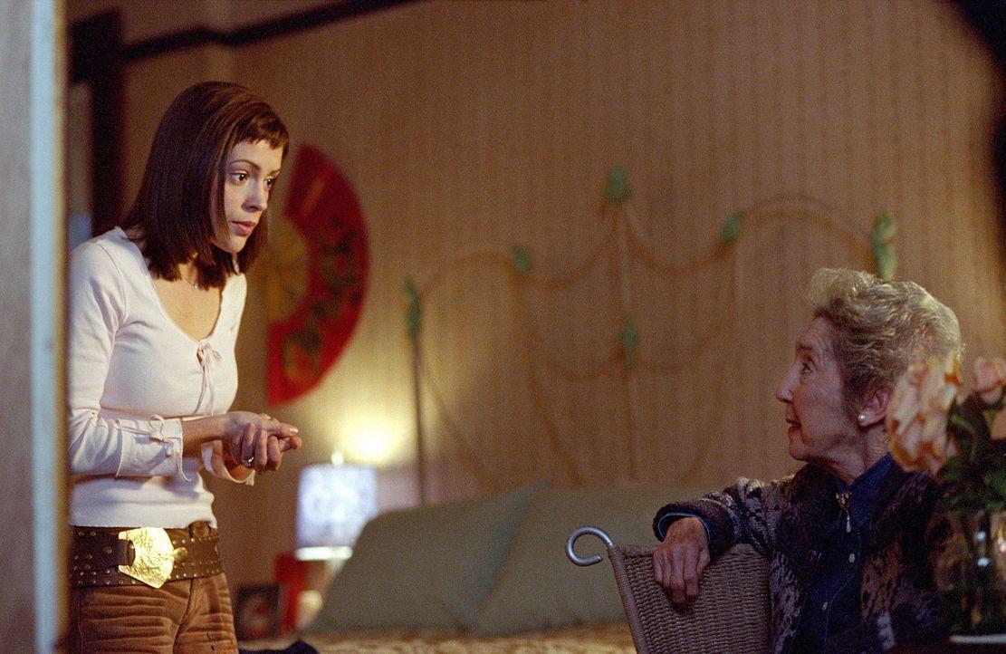 Phoebe (Alyssa Milano, l.) möchte von der alten Phoebe erfahren, wie ihre Beziehung zu Cole in der Zukunft verläuft. - Bildquelle: Paramount Pictures