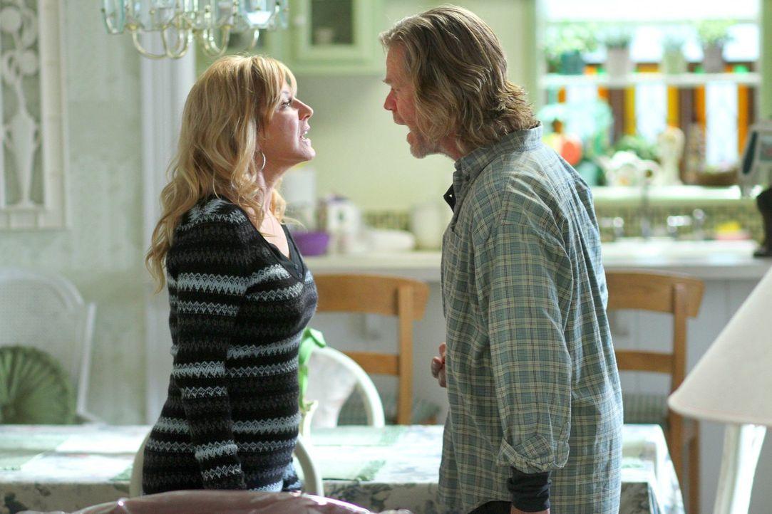Eine benötigte Unterschrift sorgt für eine unfreiwillige Zusammenführung von Monica (Chloe Webb, l.) und ihrem Ex-Mann Frank (William H. Macy, r.) .... - Bildquelle: 2010 Warner Brothers