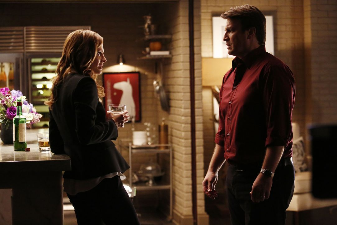 Ein Schwarzmarkthändler von türkischen Kunstschätzen wird ermordet. Beckett (Stana Katic, l.) und Castle (Nathan Fillion, r.) ermitteln und suchen a... - Bildquelle: Nicole Wilder 2016 American Broadcasting Companies, Inc. All rights reserved.