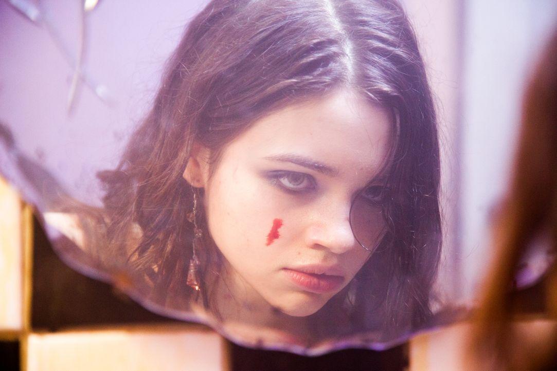 Sieht so unschuldig aus, ist aber in Wirklichkeit eine gnadenlose Tötungsmaschine: Sawa (India Eisley) ... - Bildquelle: Licensed by Tiberius Film GmbH & Co KG