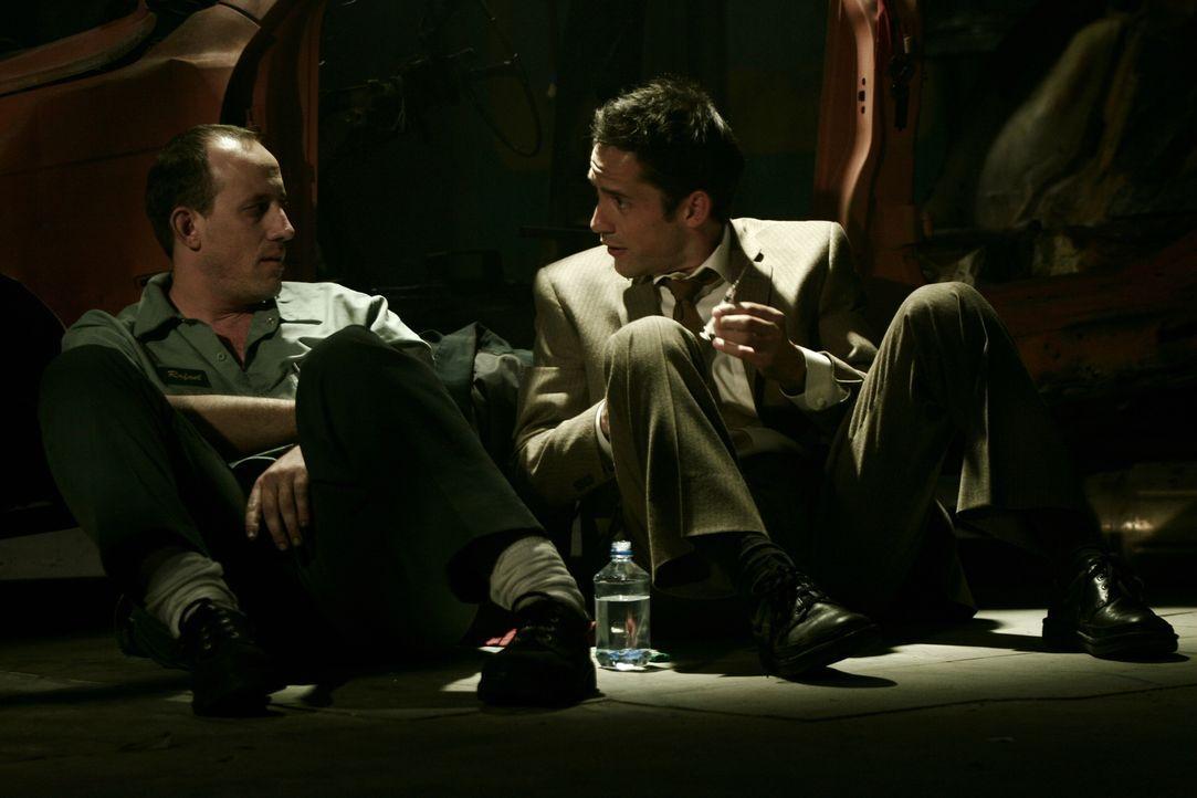 Danny Taylor (Enrique Murciano, r.) kann nicht glauben, was mit seinem Bruder Rafael (Alex Fernandez, l.) gesehen ist ... - Bildquelle: Warner Bros. Entertainment Inc.
