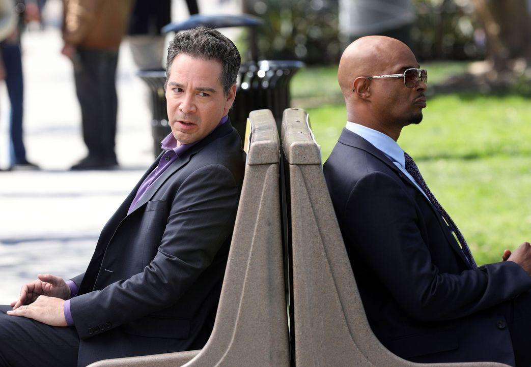 Als die Frau des einflussreichen Geschäftsmanns, Mark Conlon (Hector Hugo, l.) entführt wird, finden Murtaugh (Damon Wayans, r.) und das Team eine V... - Bildquelle: Warner Brothers