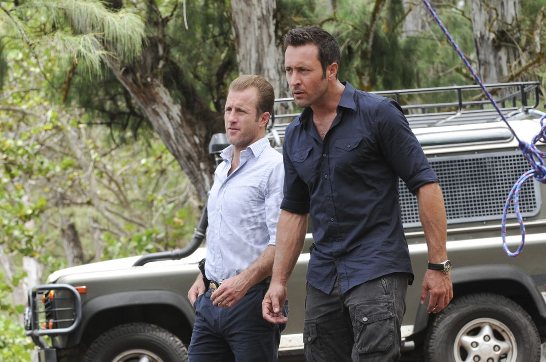 Ahnen noch nicht, dass ihre Freunde Kono und Adam in großer Gefahr sind: Steve (Alex O'Loughlin, r.) und Danny (Scott Caan, l.) ... - Bildquelle: Norman Shapiro 2015 CBS Broadcasting, Inc. All Rights Reserved / Norman Shapiro