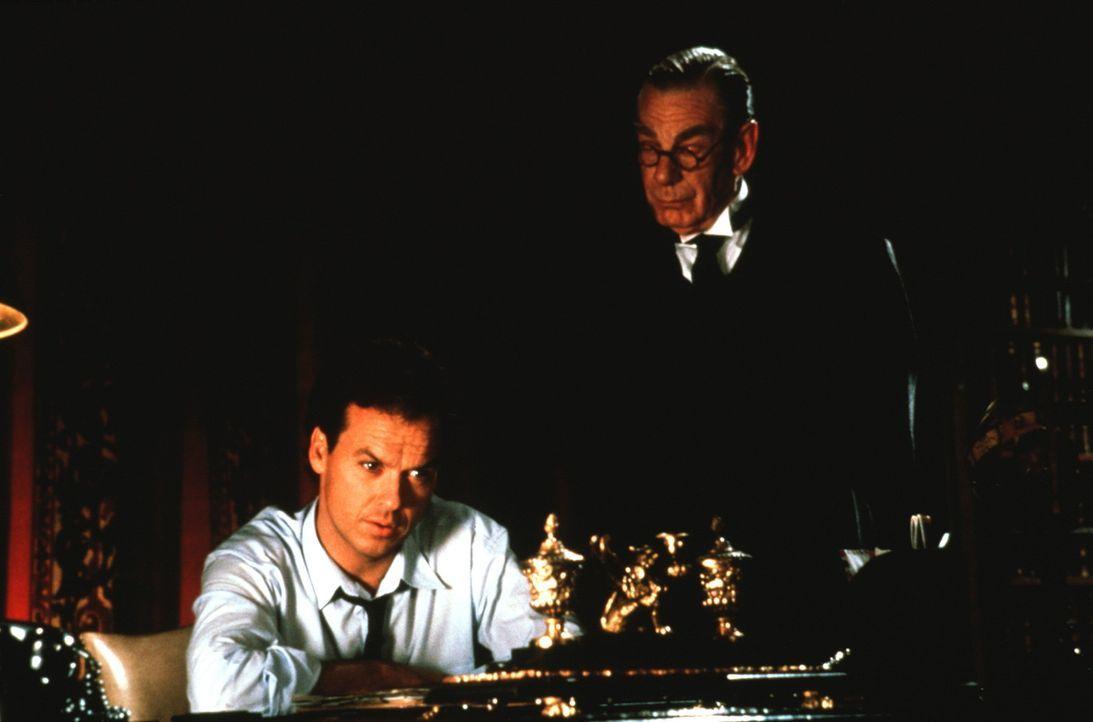 Dem Milliardär und Playboy Bruce Wayne (Michael Keaton, l.) steht der ewig treue und weise Alfred Pennyworth (Michael Gough, r.) zur Seite. Nur Alf... - Bildquelle: Warner Bros.
