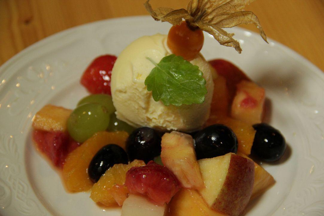 """Zum Abschluss etwas Süßes: Man darf gespannt sein, ob das Dessert aus Eis und Früchten den Testessern in der """"Zehntscheune"""" munden wird ... - Bildquelle: kabel eins"""