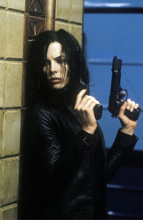 Während die Werwölfe versuchen, Selene (Kate Beckinsale) eine Kugel mit ultraviolettem Licht in den Schädel zu jagen, bemüht sich diese, den Werwölf... - Bildquelle: 2003 Lakeshore Entertainment Group LLC. All Rights Reserved.
