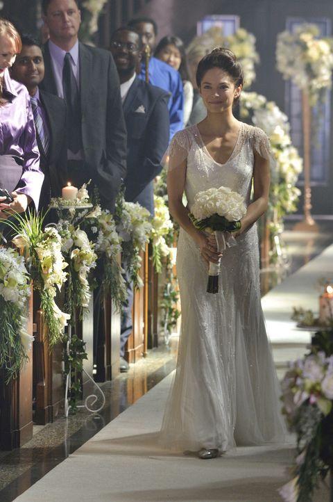 Der Gang zum Traualltar klappt noch, doch dann wird Catherine (Kristin Kreuk) von einem unerwarteten Ereignis unterbrochen ... - Bildquelle: Ben Mark Holzberg 2015 The CW Network, LLC. All rights reserved.