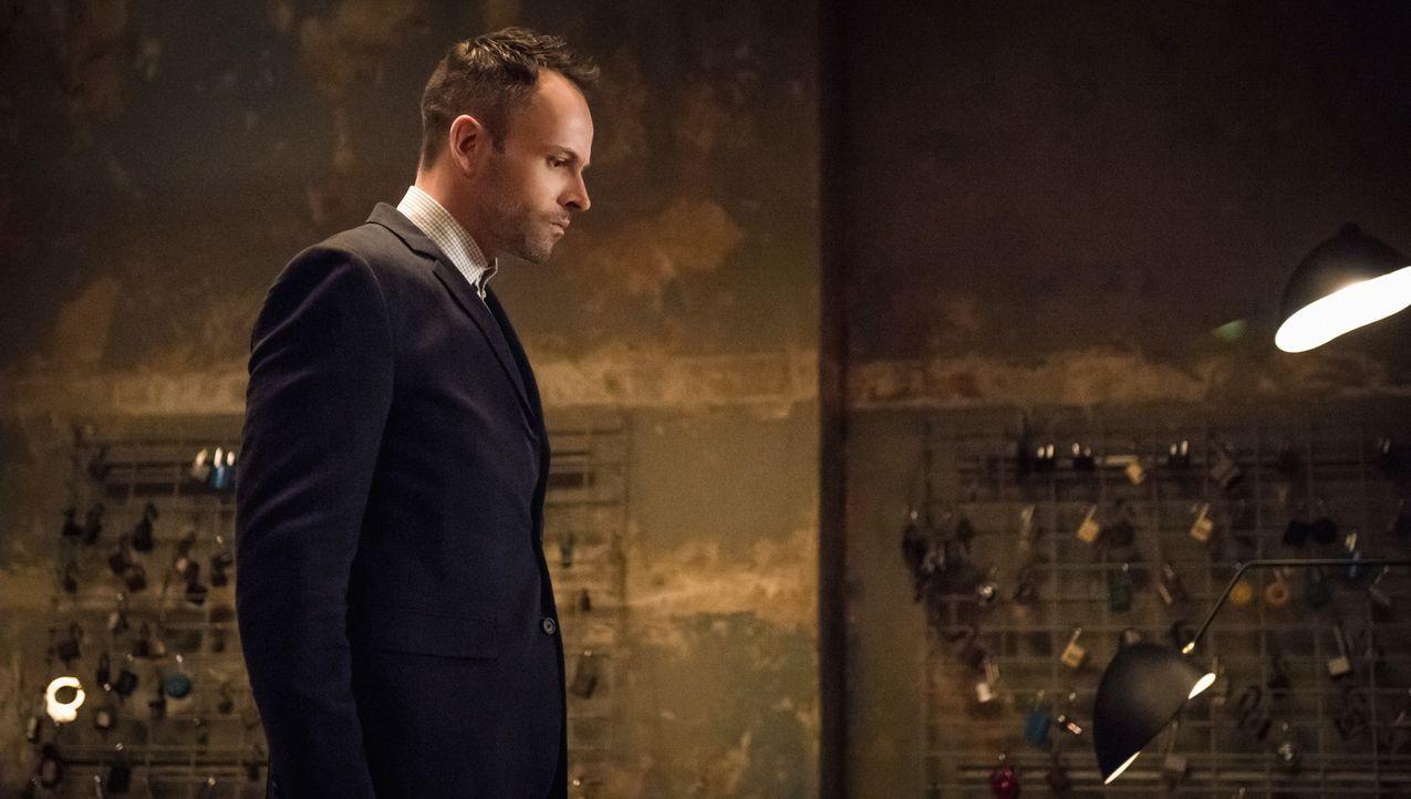 Als Holmes (Jonny Lee Miller) Joan Watson nicht erreichen kann, denkt er zunächst, dass sie mit seinem Bruder Mycroft zusammen ist und nicht ans Tel... - Bildquelle: CBS Television