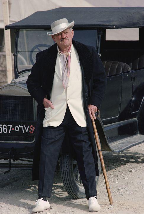 Lord Carnarvon (Harry Andrews) wittert das ganz große Geschäft! - Bildquelle: Columbia Pictures