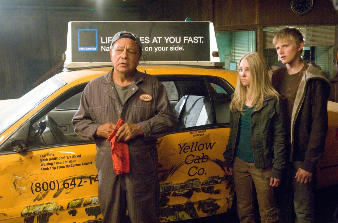 Kann Eddie (Cheech Marin, l.) Sara (AnnaSophia Robb, M.) und Seth (Alexander Ludwig, r.) weiterhelfen? - Bildquelle: Disney Enterprises, Inc.  All Rights Reserved