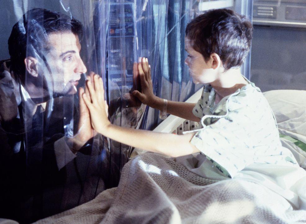Um das Leben seines todkranken Sohnes Matthew (Joseph Cross, r.) zu retten, begibt sich der Polizist Frank Connor (Andy Garcia, l.) in eine äußers... - Bildquelle: Sony Pictures Television International. All Rights Reserved.