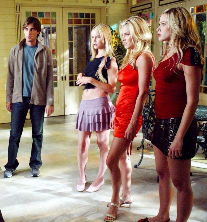 Erst als es Phoebe, Piper und Paige gelingt, gleichzeitig mit Chris (Drew Fuller, l.), Margo (Melody Perkins, l.), Mitzy (Jenny McCarthy, M.) und Ma... - Bildquelle: Paramount Pictures.