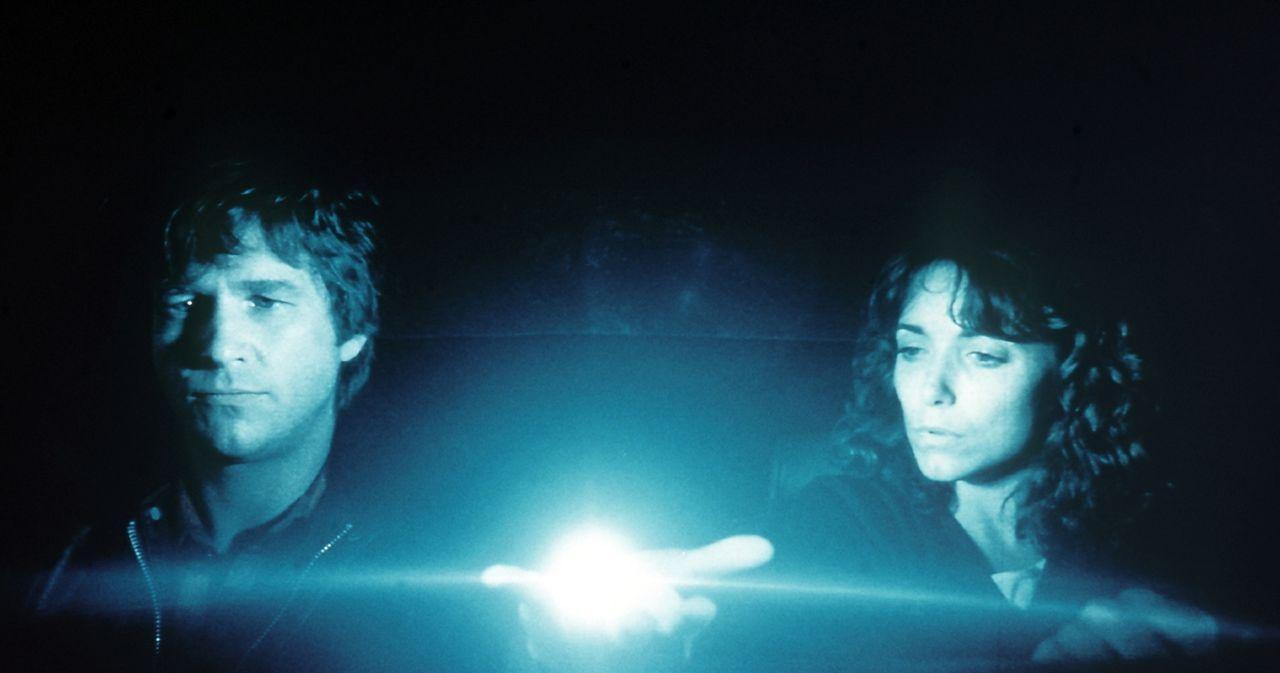 Jenny (Karen Allen, r.) ist von dem Außerirdische Starman (Jeff Bridges, l.) und dessen Fähigkeiten fasziniert ... - Bildquelle: Columbia Pictures
