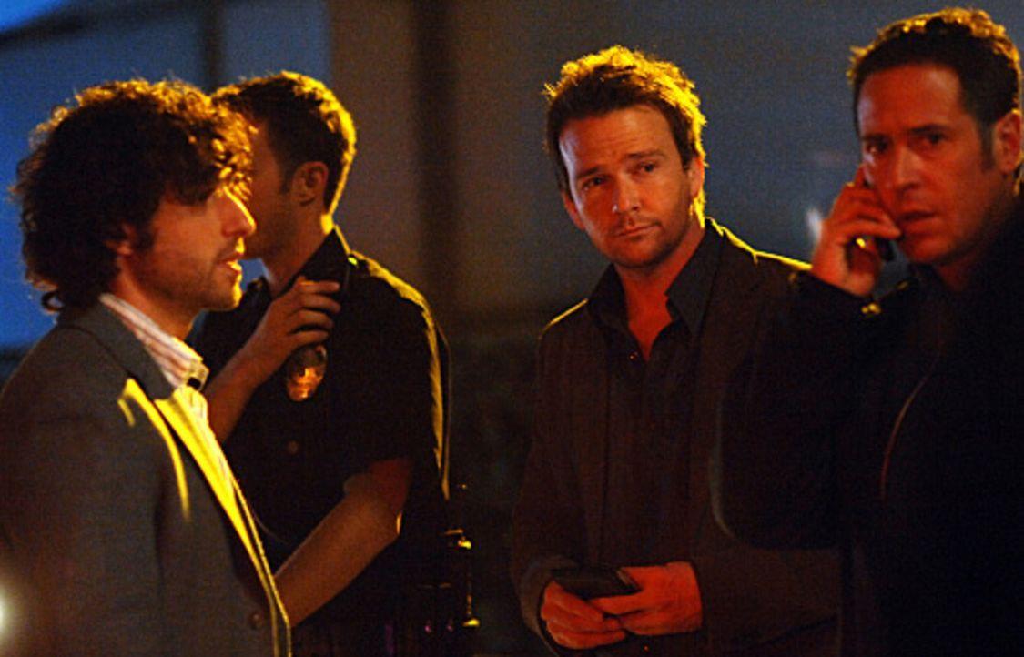 Don (Rob Morrow, r.) und Charlie (David Krumholtz, l.) wird Jeff Upchurch (Sean Patrick Flanery, M.), ein FBI-Beamter, der sich auf Geiselnahmen spe... - Bildquelle: Paramount Network Television
