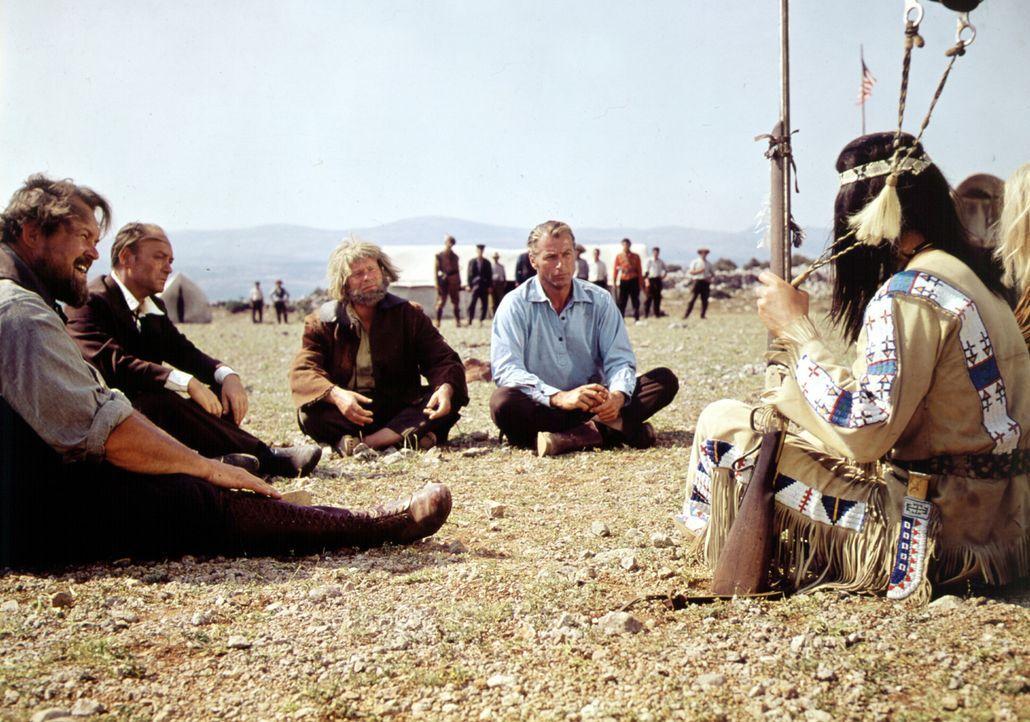 Bei ihrem Versuch, Apachen und Weiße zu versöhnen, verhandeln Old Shatterhand (Lex Barker, M.) und Sam Hawkens (Ralf Wolter, r.) mit Apachen-Häup... - Bildquelle: Columbia Pictures