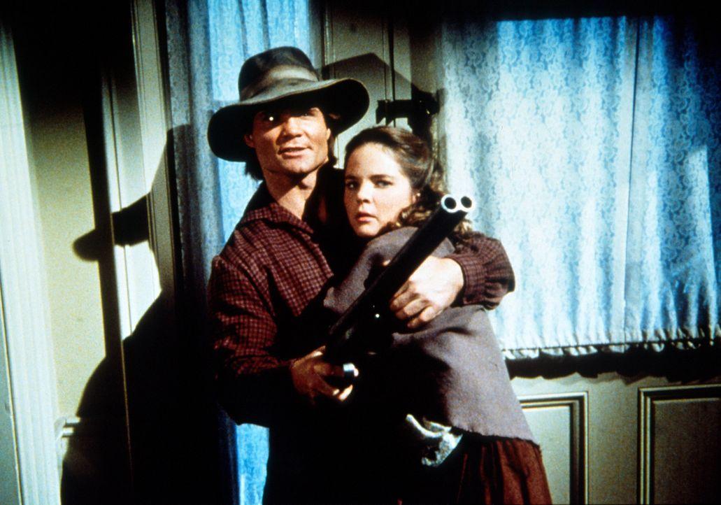 Bandenchef Jake (James McIntire, l.) bedroht - mit Mary (Melissa Sue Anderson, r.) als Geisel - deren Vater Charles Ingalls ... - Bildquelle: Worldvision