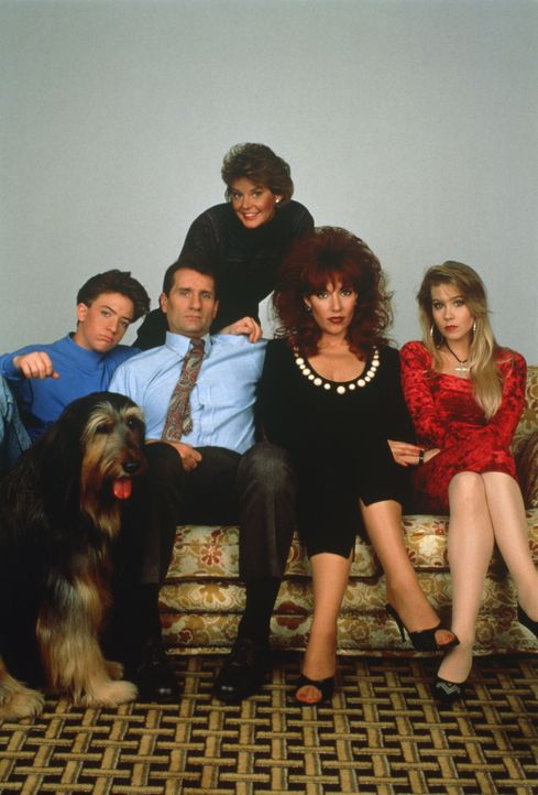 (5. Staffel) - Kelly (Christina Applegate, vorne r.), Marcy (Amanda Bearse, hinten M.), Al (EdO'Neil, vorne 2.v.l.), Peggy (Katey Sagal, vorne 2.v.r... - Bildquelle: Sony Pictures Television International. All Rights Reserved.