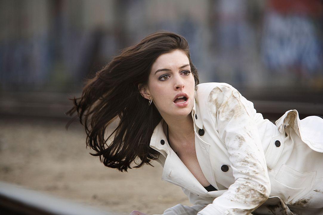 Während die überaus attraktive, aber auch äußerst schlaue Agentin 99 (Anne Hathaway) sich selbst retten muss, gelingt es Smart, bis zum strategische... - Bildquelle: Warner Brothers