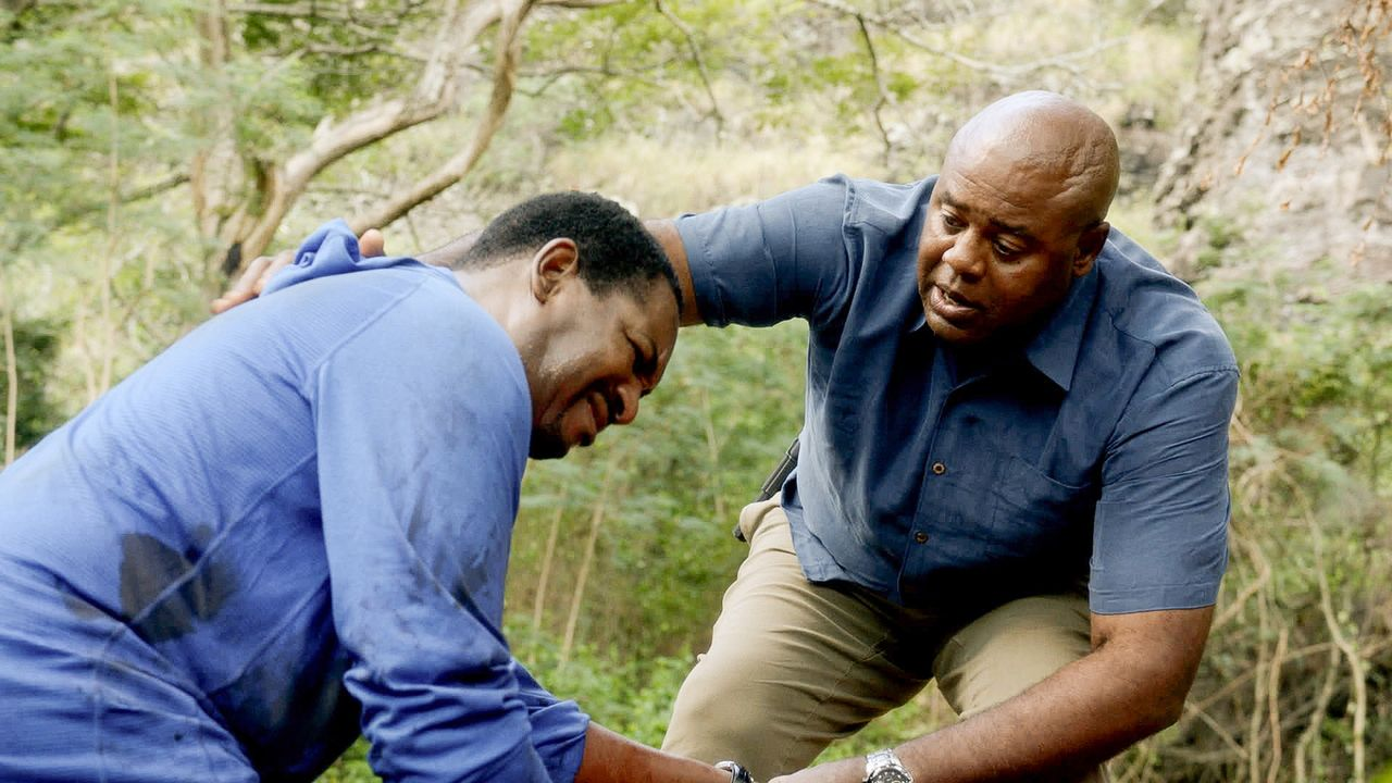 Lou (Chi McBride, r.) freut sich seinen alten Polizeikollegen Clay (Mykelti Williamson, l.) mit seiner Frau Diane auf Hawaii zu Gast zu haben. Clay... - Bildquelle: 2015 CBS Broadcasting Inc. All Rights Reserved.